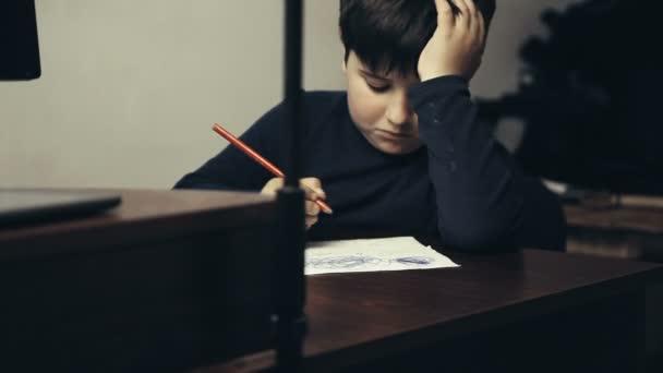Little Boy ist zeichnen am Tisch