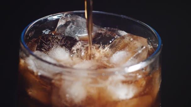 vyplňování červený nealkoholický nápoj do sklenice s ledem