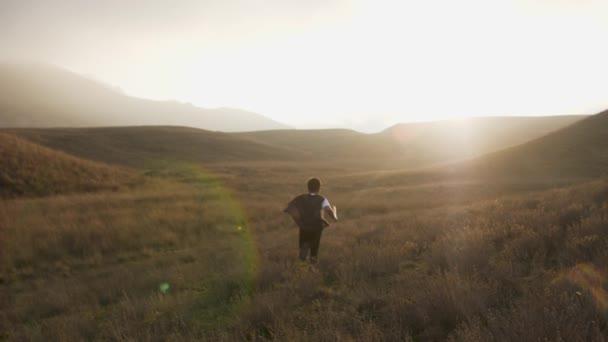 Un ragazzo con una spada viene eseguito al tramonto. Riprese in Slow Motion