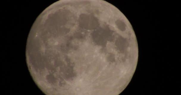 Obrovský měsíc na noční obloze s atmosférické zkreslení