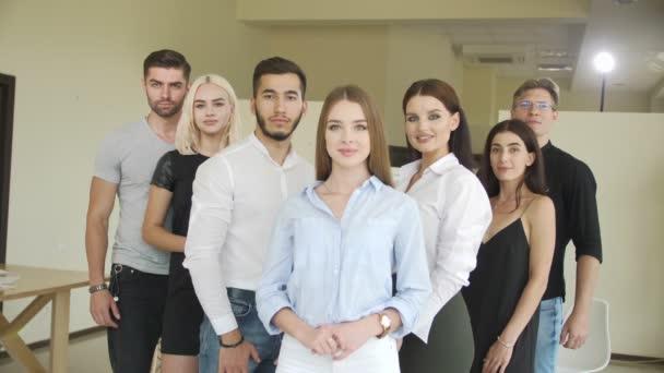 Úspěšní mladí lidé stojí pohromadě a dívají se na svou jasnou budoucnost