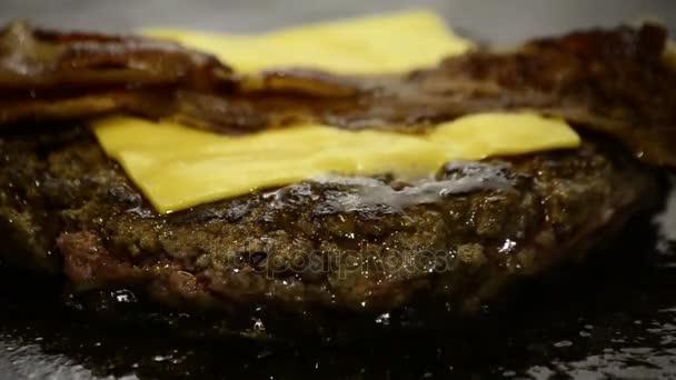 Koch braten Fleisch für Hamburger
