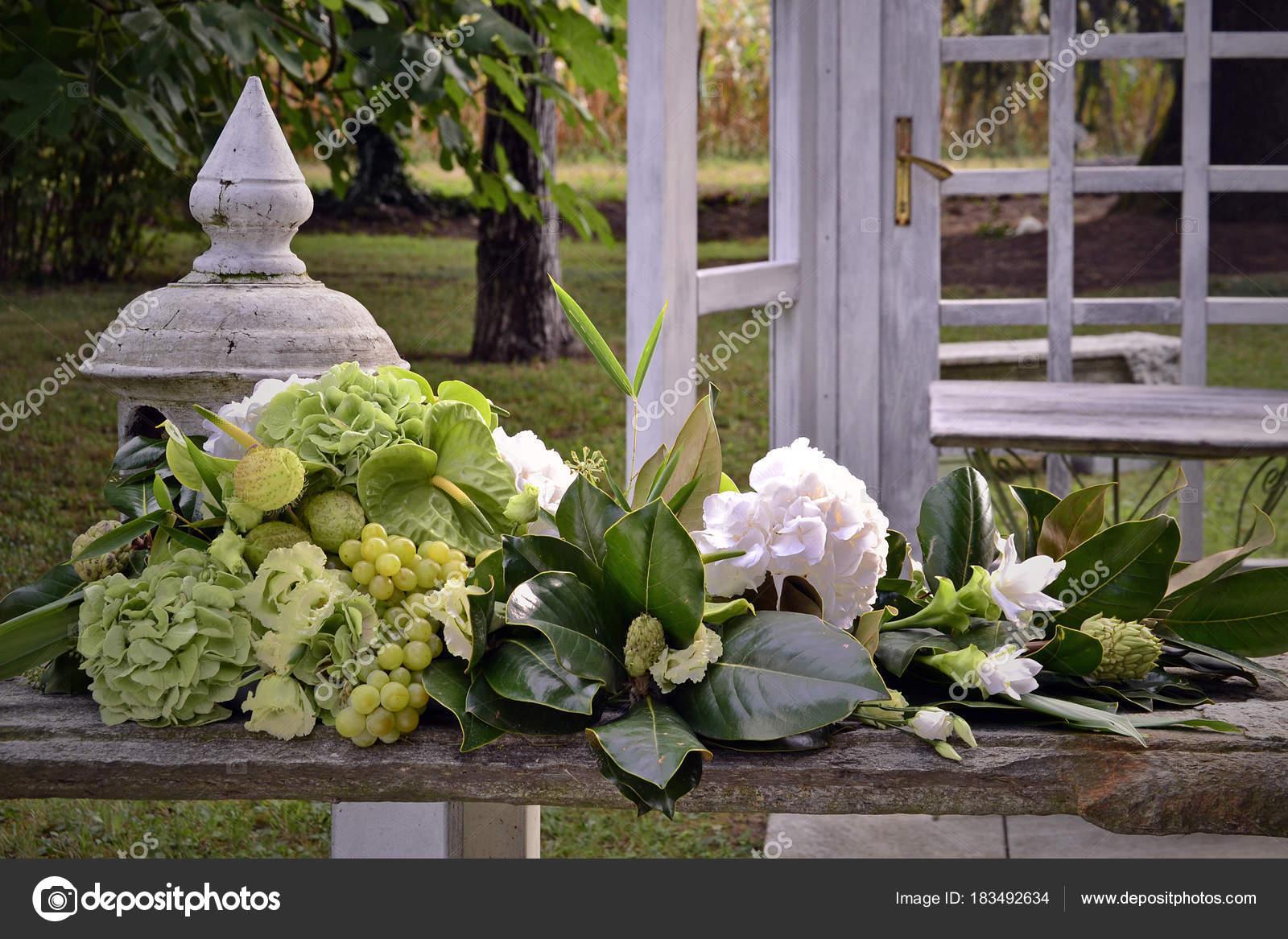 composition florale mariage avec des fleurs fraîches — photographie