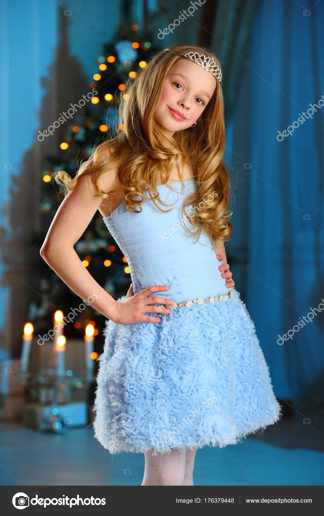 Schöne Blonde Kind Mädchen Märchen Prinzessin Kostüm Auf Vorabend ...