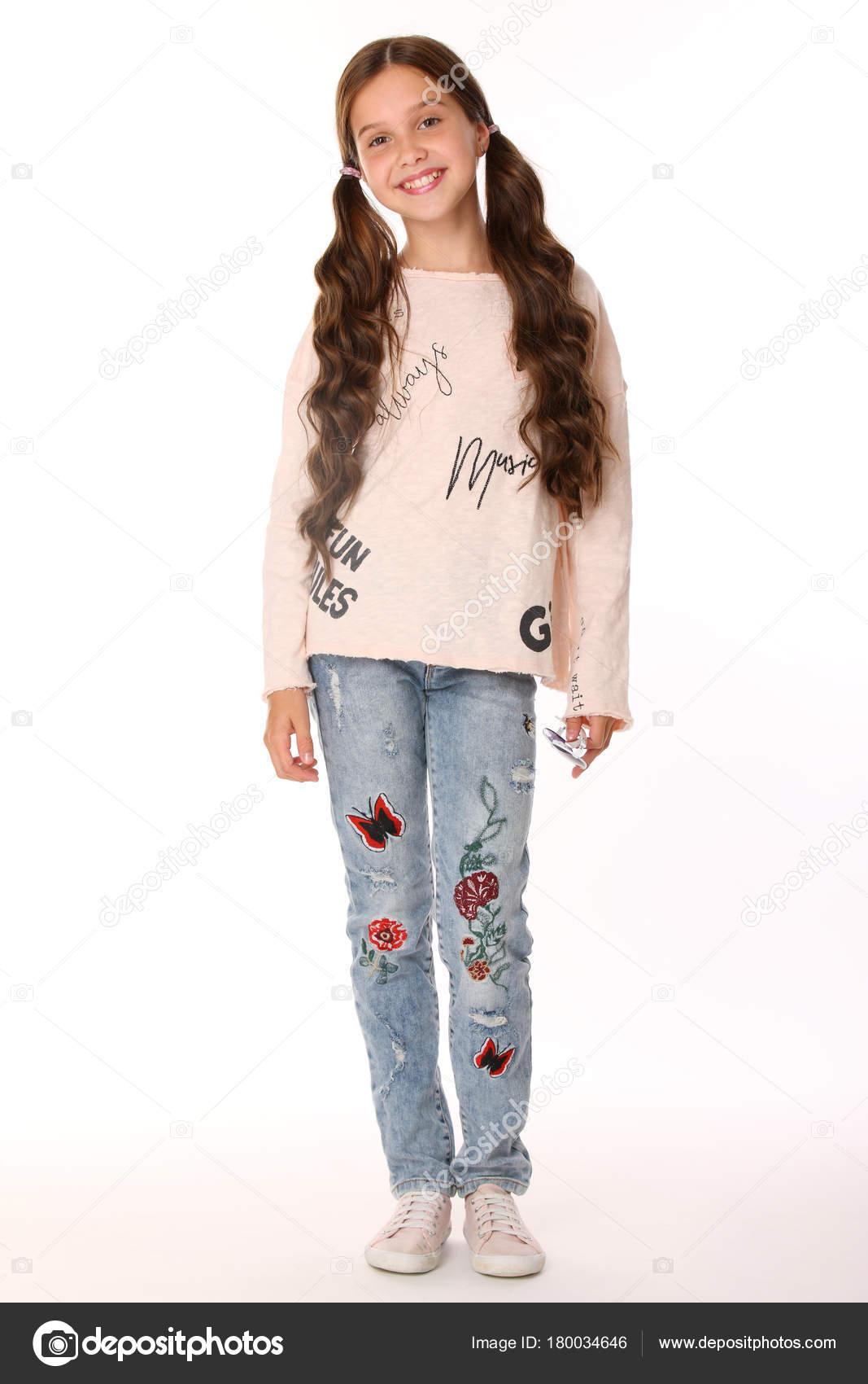 870ea05a Ganska Vacker Glad Brunett Ung Tonåring Flicka Blå Jeans Den– stockbild