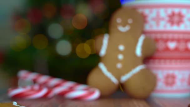 Karácsonyi képeslap mézeskalács ember piros bögre karácsonyi dísz