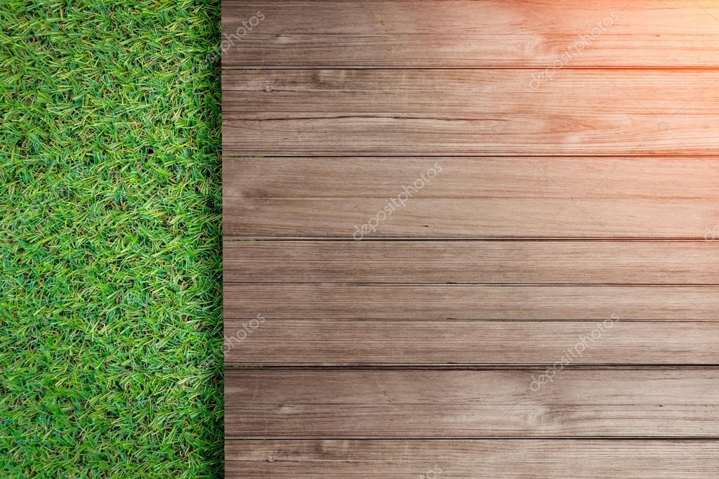 Groen gras met oude rustieke houten vloer bovenaanzicht