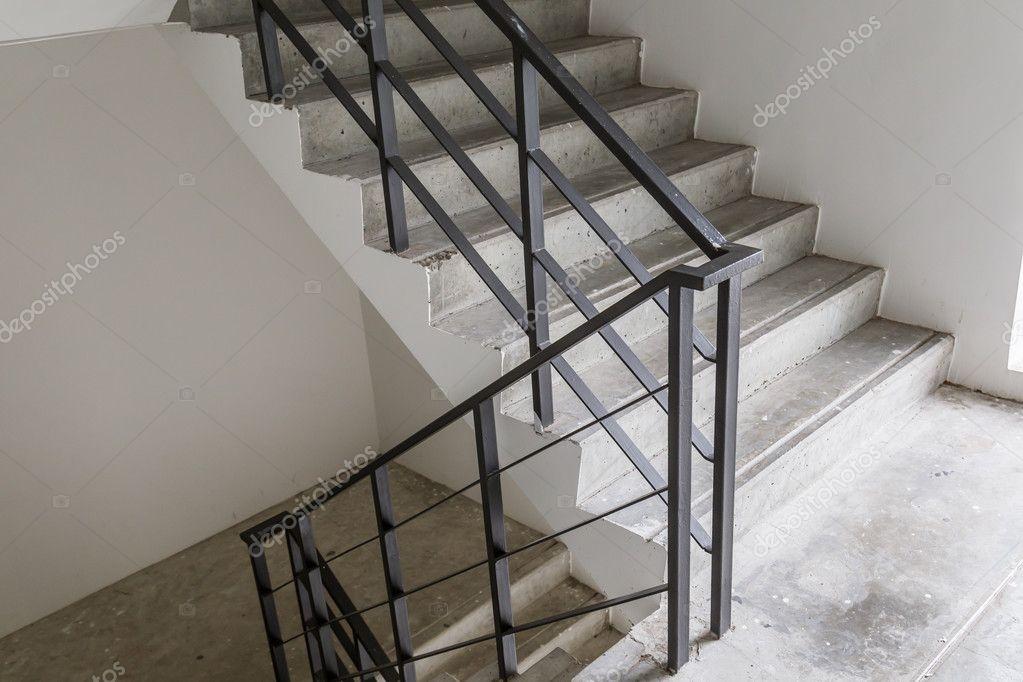 Escaleras interior de edificio p blico foto de stock - Escaleras de interior ...