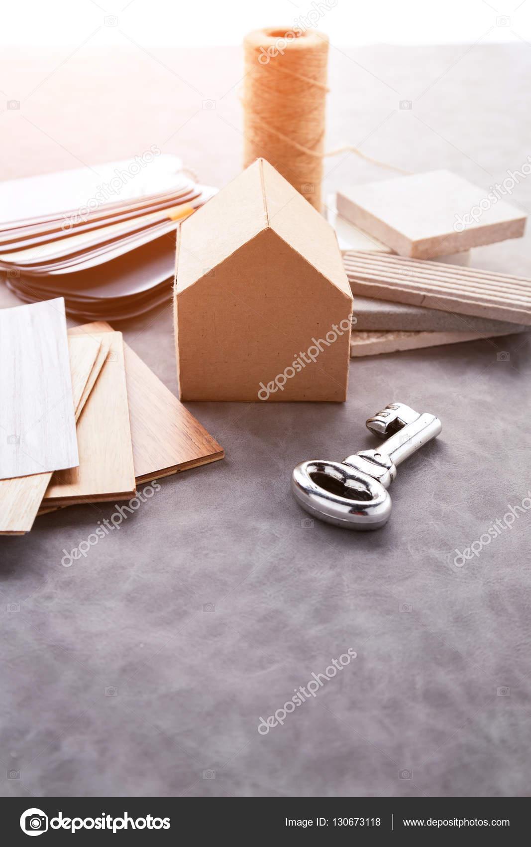 Haus-Design-Konzept mit Haus-Papier-Mock-up-Modell und material ...