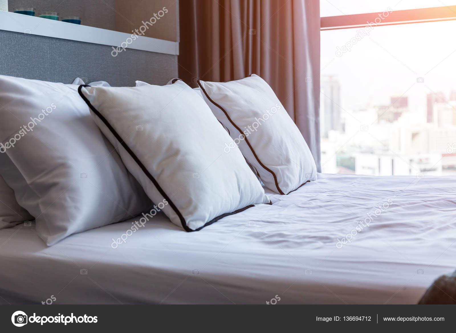 Bed meid met schone witte kussens lakens slaapkamer close lens