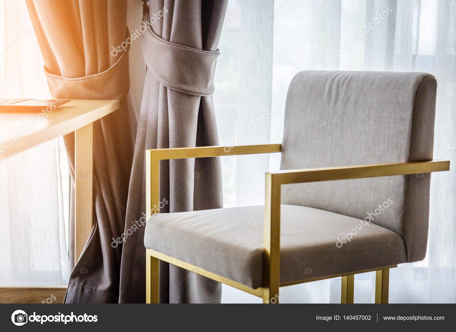 Home decoratie ontspanning woonkamer met beige kleur beklede stoel