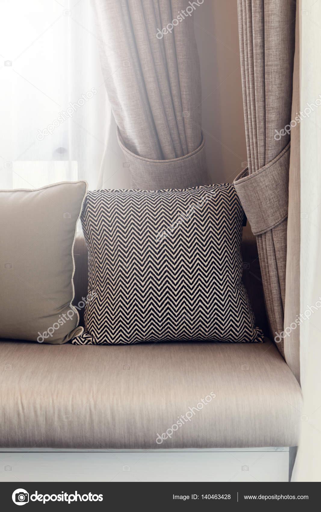 interni in stile contemporaneo di soggiorno con divano a sunny parte ...