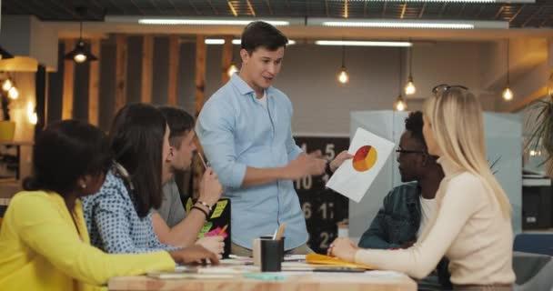 multiethnische Geschäftsteams, die im Büro zusammenarbeiten. Erfolgsgeschäft, Start-up, Teamwork-Konzept.