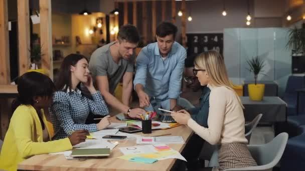multiethnische Geschäftsleute treffen sich zum Brainstorming und tauschen neue Ideen aus. Erfolgsgeschäft, Start-up, Teamwork-Konzept.