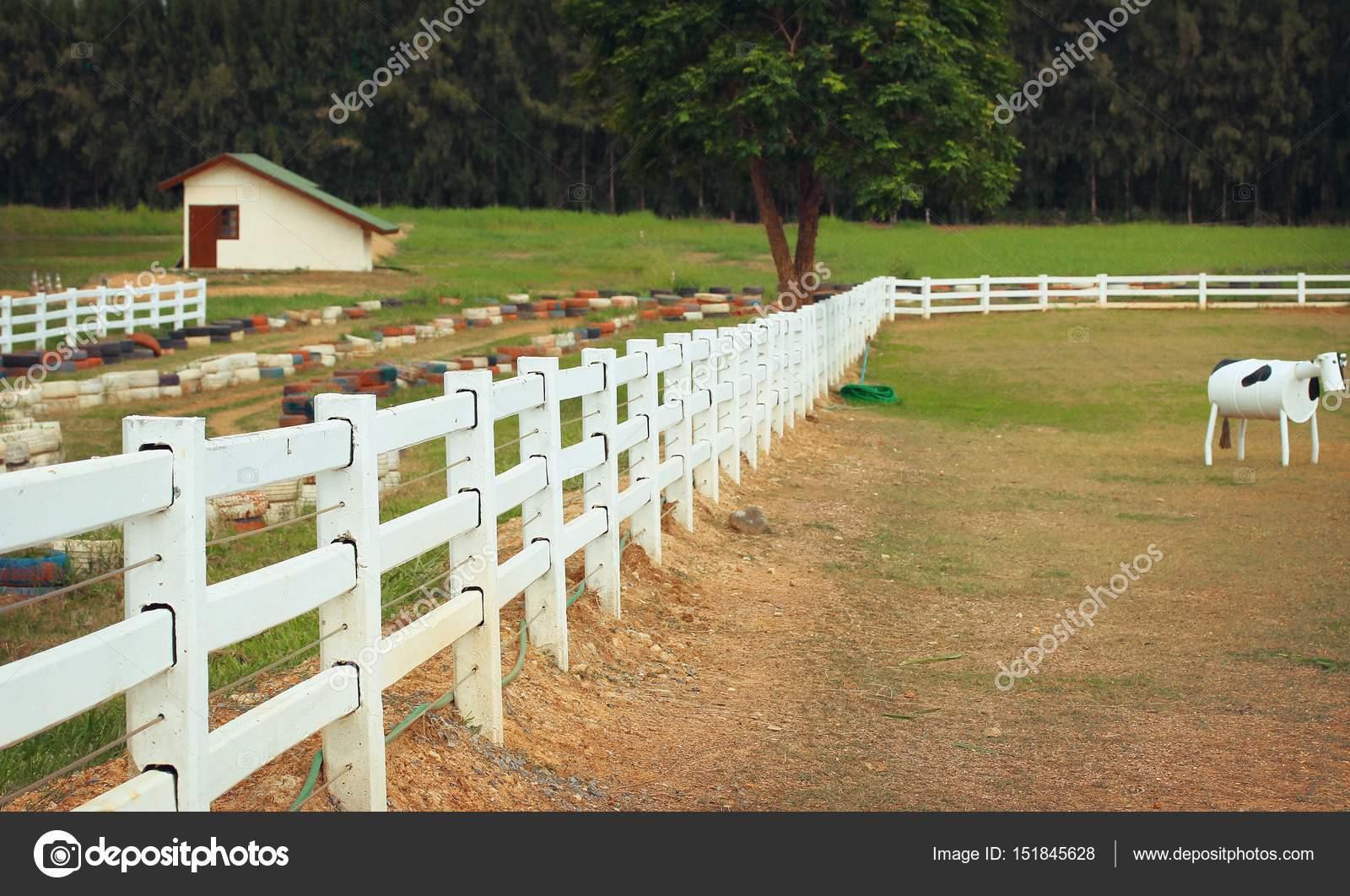 weißer zaun auf dem bauernhof — stockfoto © oilslo #151845628