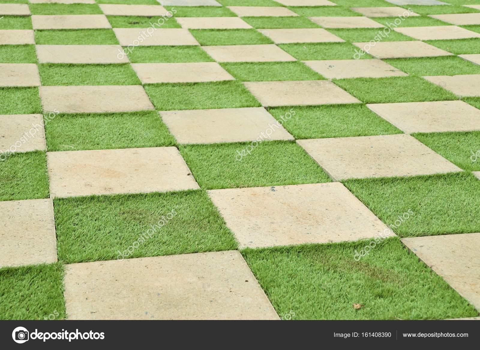 Pavimento di cemento quadrato con erba u foto stock oilslo