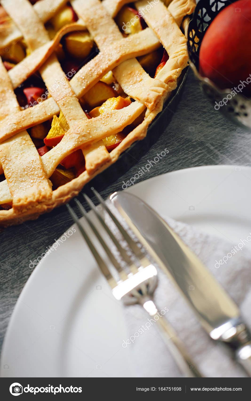 Leckere Sommer-Obstkuchen mit Pfirsich-Füllung, Tee und Gebäck ...