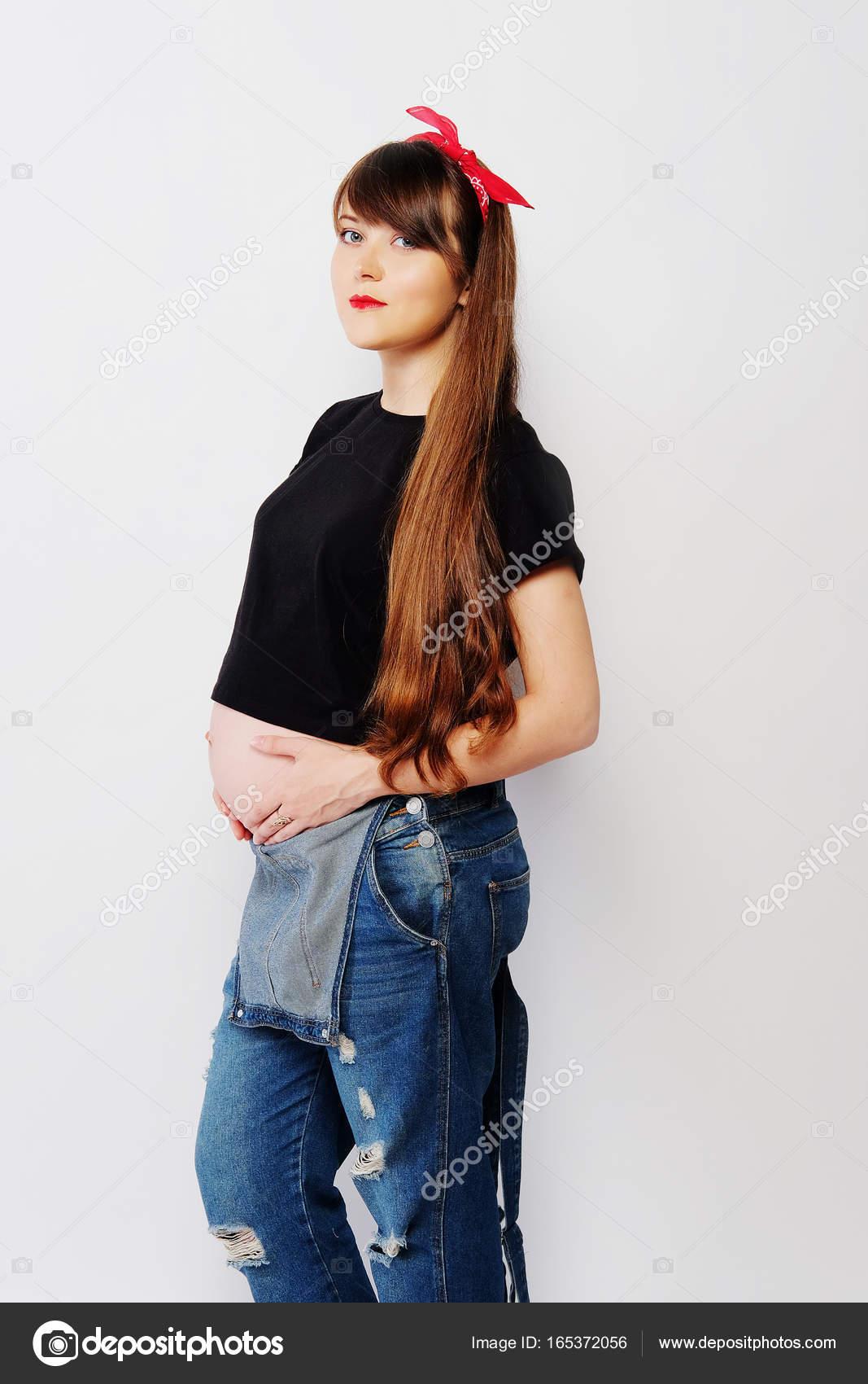 5341363f3 Mujer embarazada en ropa casual con el pelo largo — Foto de Stock