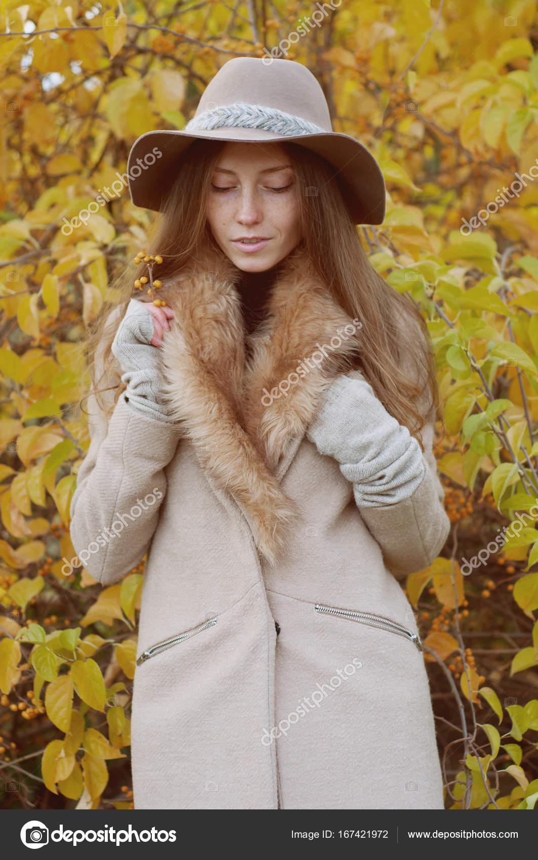 Look retro. Rubio Ceniza hermosa con el pelo largo abrigo de piel ... a1af4bb040bb