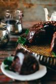 Édes csokoládétorta cacao, jegesedés, és mentával díszítve