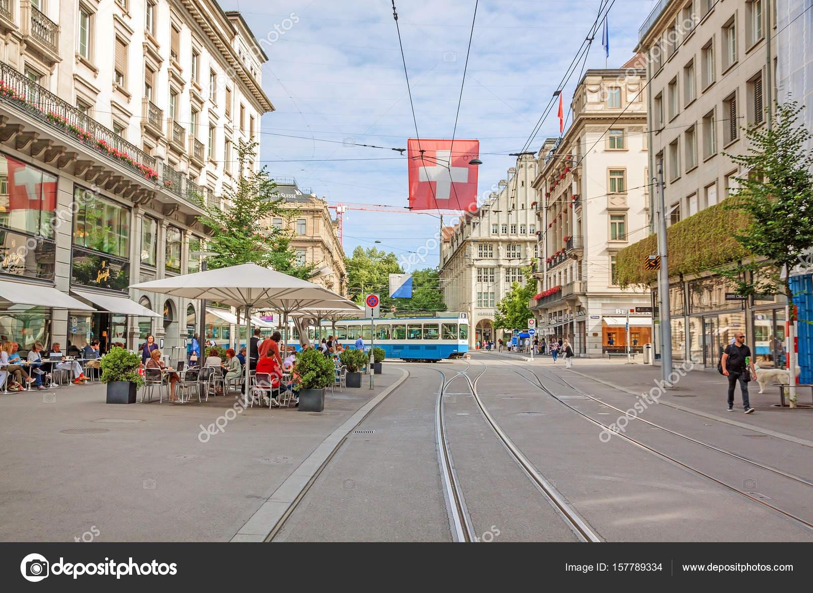 a5067365273 Compras rua Bahnhofstrasse com bandeira eléctrico e suíço de Zurique —  Fotografia de Stock