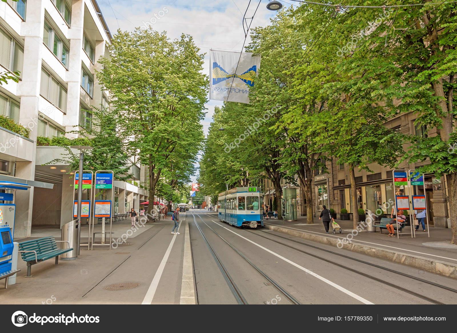 5646f498d75 Compras rua Bahnhofstrasse com eléctrico e bandeira de Zurique — Fotografia  de Stock