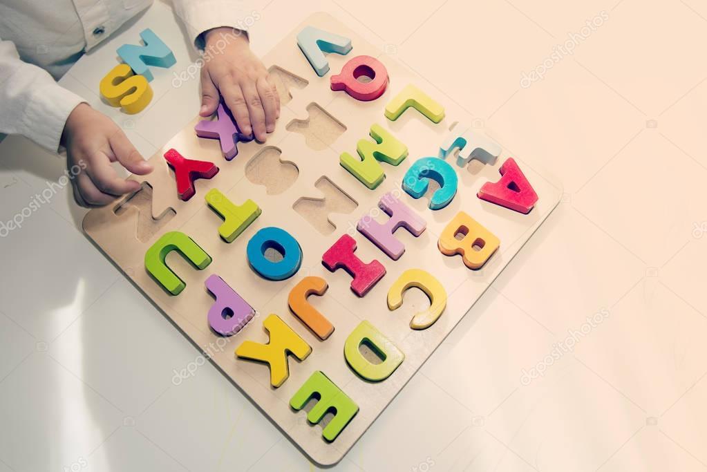 Tabelle mit Buchstaben-Lernspiel — Stockfoto © BigDreamStudio #128799716