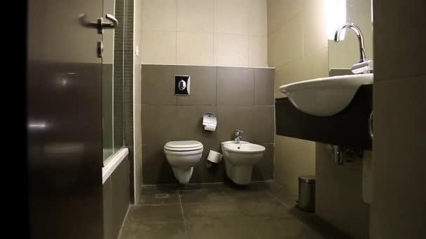 spláchnutí záchodu zblízka