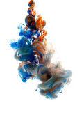 Barvy vhozeni do kapaliny a fotografoval v pohybu. Mrak hedvábný inkoustu ve vodě na bílém izolované pozadí, abstraktní nápis.