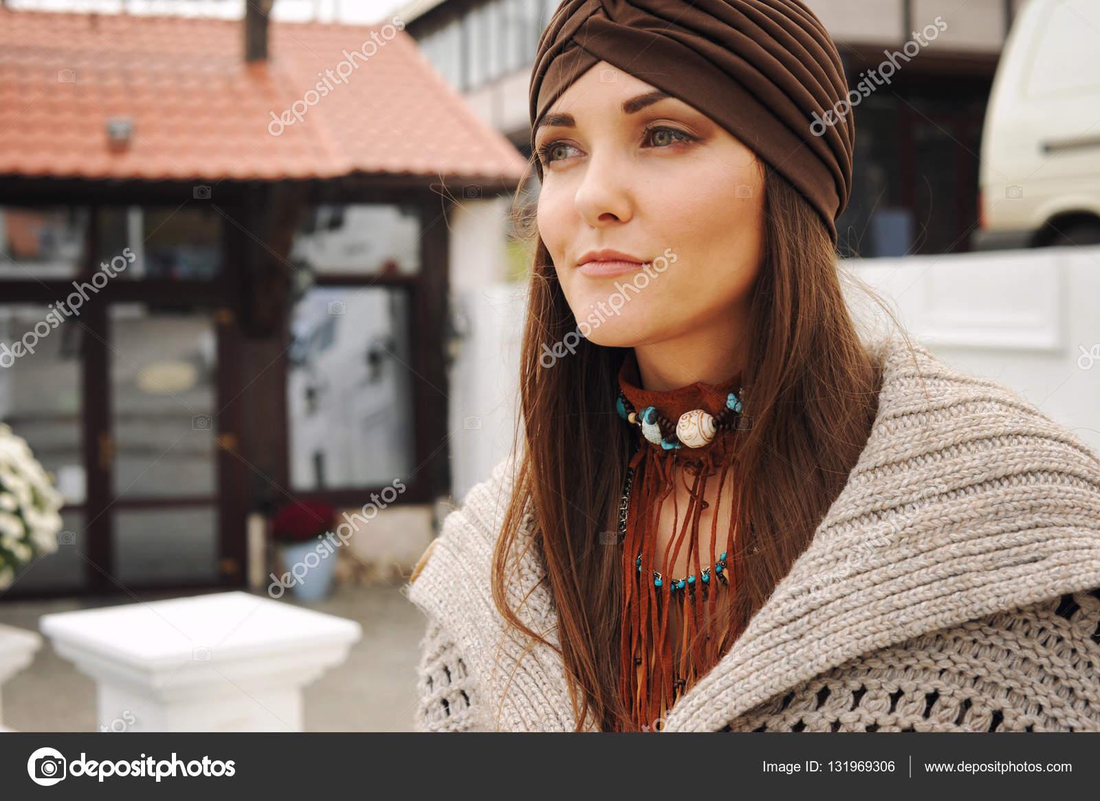 50ea24b5638 Portrait d une jeune femme habillée en accessoires de mode bonnet et boho  style– images de stock libres de droits