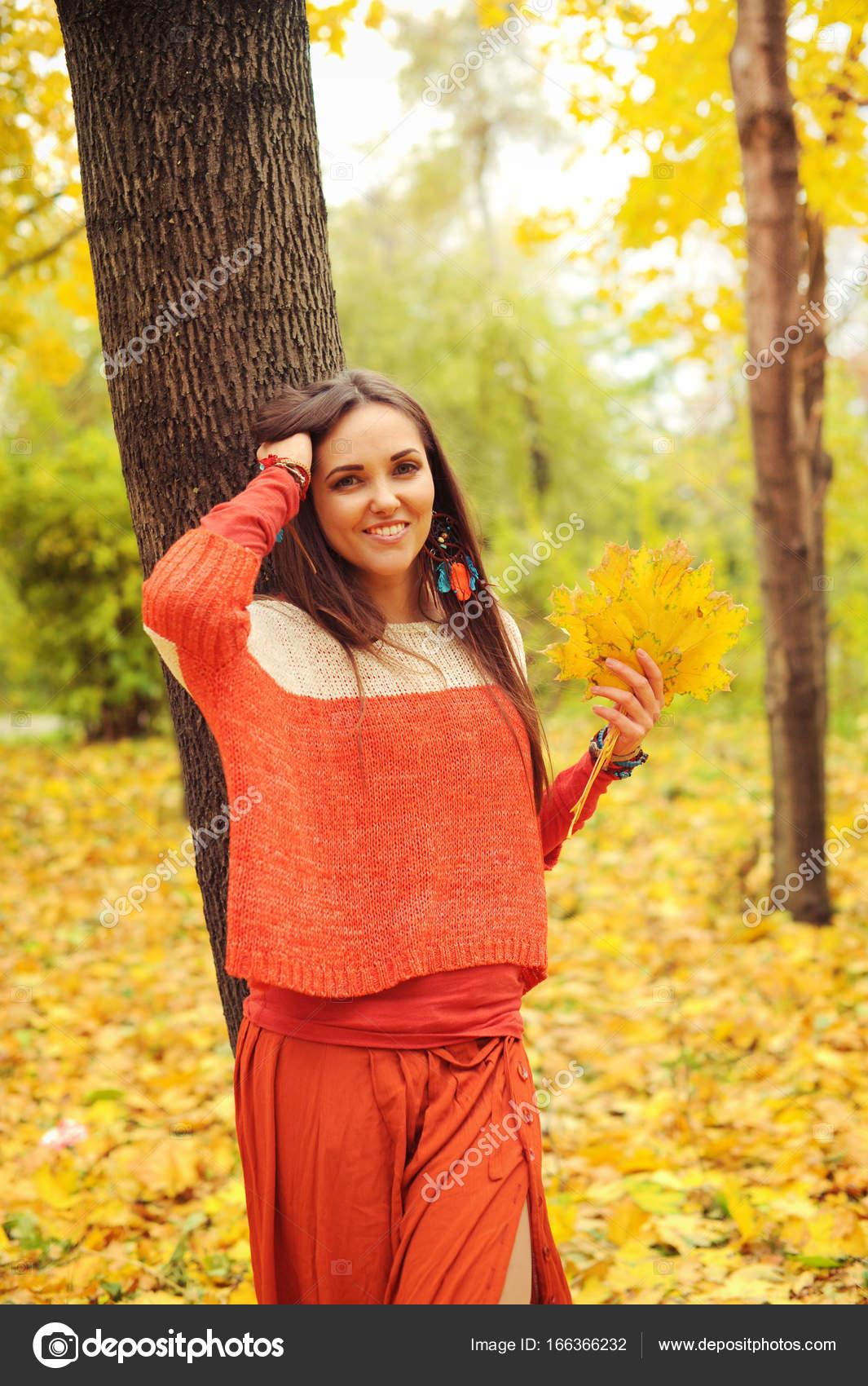 Parc FemmeMarchant Souriant Dans Portrait L'automne Assez De Le EHWID29