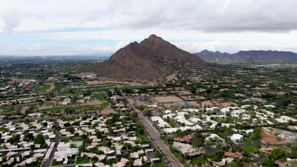 Légi kilátás luxus villák és a hegy, Scottsdale