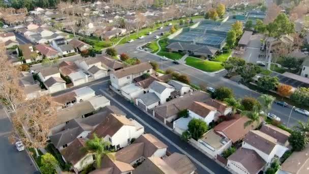 Luftaufnahme eines Mittelklasse-Vorortviertels mit Häusern nebeneinander