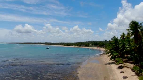Légi kilátás trópusi fehér homokos strand, pálmafák és türkiz tiszta tengervíz Praia do Forte