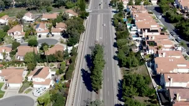 Luftaufnahme einer Straße in einem typischen Vorstadtviertel mit großen Villen nebeneinander, san diego
