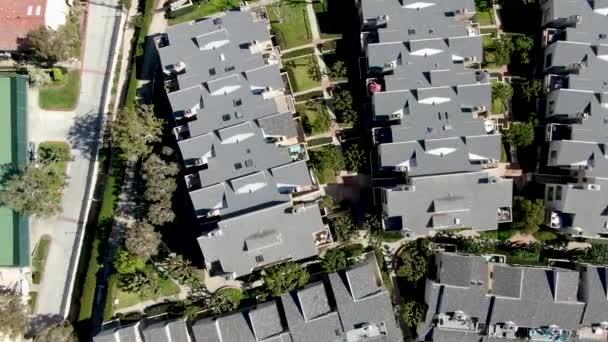 Luftaufnahme der typischen Gemeinschaft Eigentumswohnung mit Tennisplatz und Pool. Kalifornien