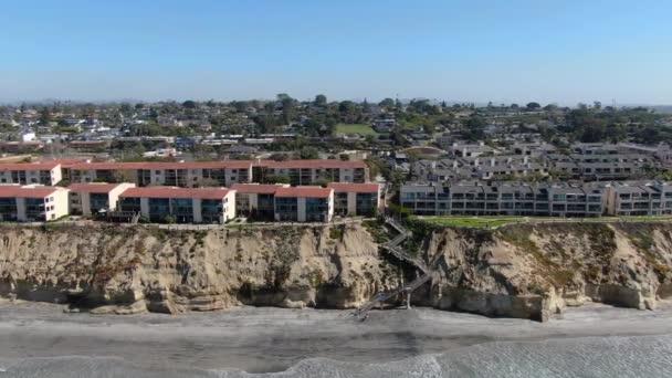 Luftaufnahme der typischen Gemeinschaft Eigentumswohnung neben dem Meer am Rande der Klippe. Kalifornien