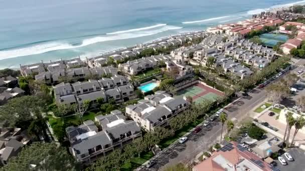 Luftaufnahme der Eigentumswohnung Gemeinschaft neben dem Strand und Meer in Südkalifornien