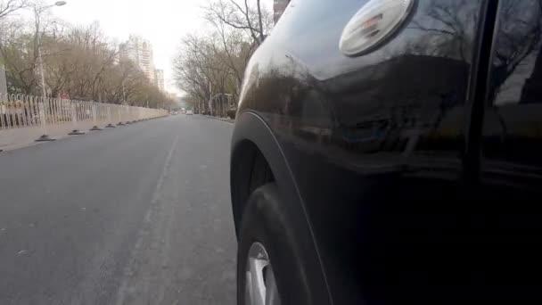 Seitenansicht des Autofahrens während des verschmutzten Tages auf der Straße der Stadt Peking