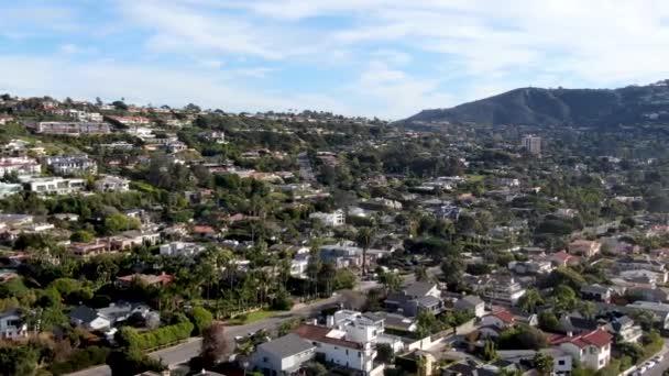 Luftaufnahme der kleinen Küstenstadt La Jolla mit reichen Villen und Swimmingpool.