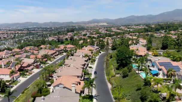 Luftaufnahme von Master-geplanten privaten Gemeinschaften mit großen Villen mit Pool, Mission Viejo.