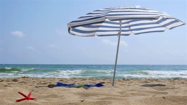 einsamer Sonnenschirm am Strand, Zeitlupe