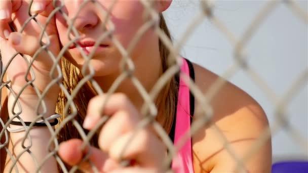 Teenager-Mädchen-Athlet ist traurig wütend unglücklich enttäuscht ...