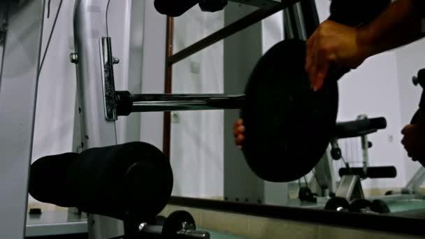 Uvedení váhy na činka v posilovně fitness sportovec