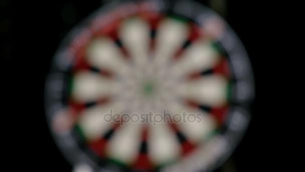 Zpomalený pohyb šipky hráčem házet šipky, terč rozostřeného pozadí
