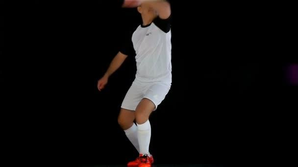 Fußballspiel. Fußball-Action. Torwart / Fußballer, der einen Ball kickt, Zeitlupe