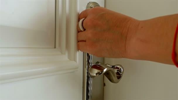 Donna scorre rapidamente una chiave magnetica su un sicuro porta ed entra nella stanza in un hotel, primi piani