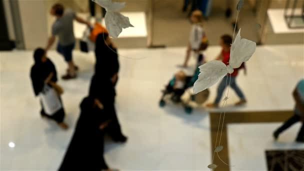 De Concentre Personnes Shoppers A Dubai Mall Le Plus Grand Centre Commercial Du Monde Le Mouvement Lent