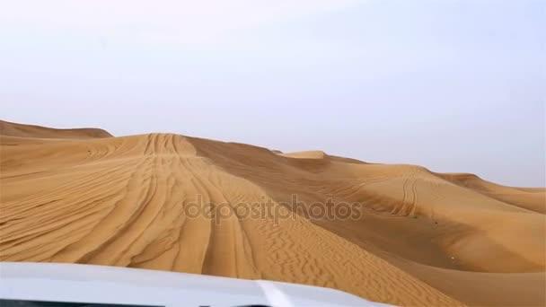4 x 4 terénní land s turisty na pouštní Duna napadání safari v Dubaji, Spojené arabské emiráty