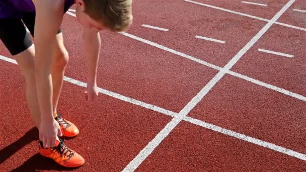Sledování běžec dívka žena připravuje na startovní čáře, nízký úhel, 4k